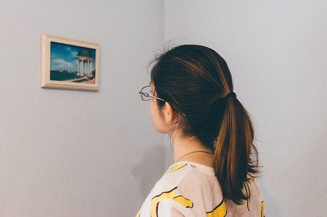 cornici digitali con il supporto da parete
